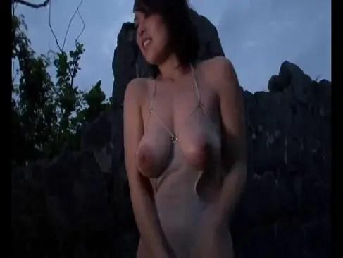 野外でガチ露出して巨乳とおまんこを弄る村上涼子が卑猥なオナニー動画無料