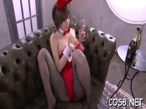 人気AV女優の里美ゆりあがバニーガールコスプレしておまんこを弄ってるオナニー動画