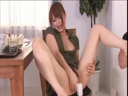 人気AV女優の吉沢明歩がM字開脚でおまんこを手マンしてるオナニー動画