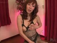 美熟女な女優澤村レイコが主観でおまんこを弄り大量潮吹きしながら悶える無修正オナニー動画