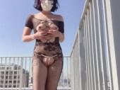 スレンダーな美人のお姉さんが屋上で電マを使っておまんこを弄り本気汁を垂らして興奮していく無修正オナニー動画