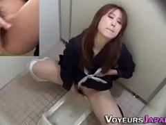 スタイルの良い制服姿の美女がトイレでおまんこを弄り激しく指を動かし昇天していく一部始終を盗撮した無修正オナニー動画