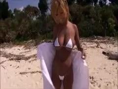 黒ギャル系AV女優の橘なおが砂浜で開放的なオナニー