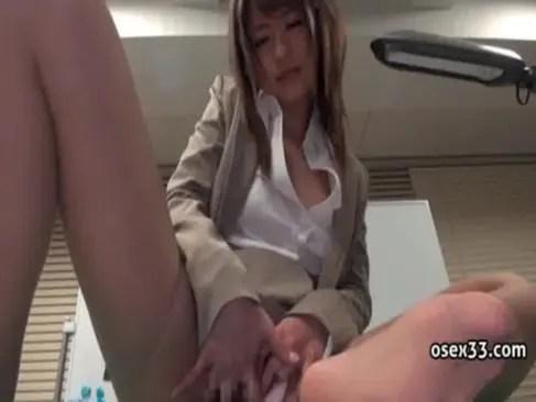 初美沙希がスーツ姿のままおまんこを弄りまくる!悩ましい表情で喘ぎ痙攣絶頂してるオナニー動画