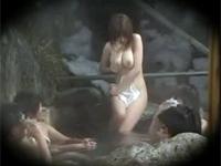 混浴風呂でオジサン達の前で浜崎りおちゃんが露出オナニーを披露