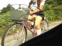 自転車をこぎながらサドルにアソコを擦り付けてオナニーする器用で変態な女子校生