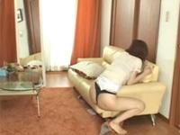 欲求不満の奥様が椅子の角に抱きつくように擦り付けオナニー