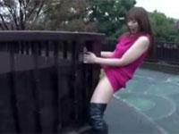 変態露出狂女出現!歩道橋の上で柵にアソコを擦り付けて角オナニーを決行