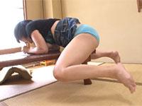 居間の机の角で激しい角オナのすえガニ股足ピーンアクメする巨乳女子