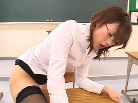 教室で角オナニーに夢中になる女教師
