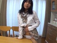 純白のパンティを履いたままリビングで角オナニーをする黒髪JKの動画