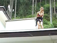 隣に住んでいる美人で巨乳の奥さんがおかしくなったのか屋根上でオナニーしてた!