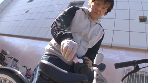 JKの自転車のサドルに媚薬を垂らすオッサン