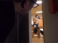 性欲が溜まりきった欲求不満妻が寝ている旦那の腕にアソコを擦り付けてオナニーしている所を目撃した同僚!