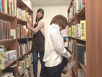 図書館に置いてあるHな本に興奮したJKが館内で本をアソコに擦り付けてオナニー