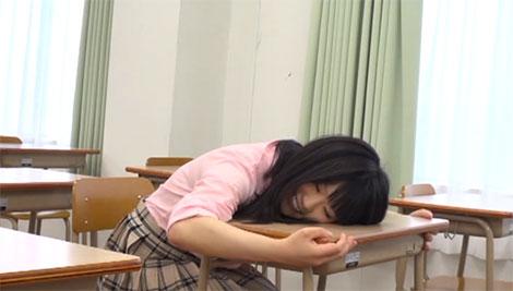 誰も居なくなった教室で大好きな先輩の机に座るJK