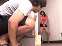 性欲が溜まった隣の巨乳妻がマンションの階段付近でホウキにアソコを擦り付けてオナニーしているところを目撃!