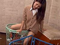 バスケットボール入れにアソコを擦り付けてオナニーするギャル系女子校生の珍しい擦りオナ動画!