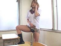 巨乳JKの椅子擦り付けオナニー!教室でエッチな音声を聞きながらノリノリで椅子にクリを擦り付けてオナる!