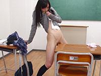 細身でパイパン美少女JKが教室で剥き出しのクリトリスを机の角に押し当てて角オナニー!