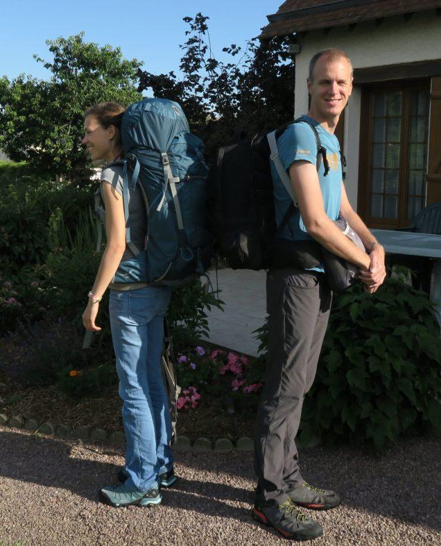 Deux personnes portant un sac à dos de voyage