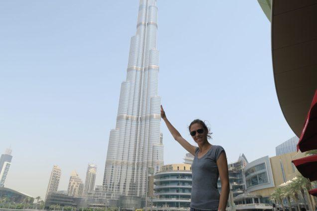 Personne devant la tour Burj Khalifa