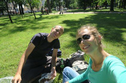 Photo de deux personnes dans un parc