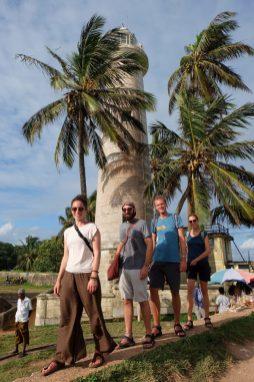 Avec Myles et Jenia, nos amis canadiens, façon Beatles devant le phare de Galle