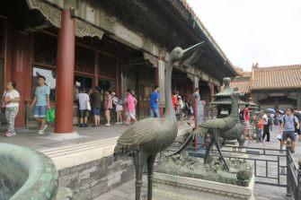 Sculpture d'animaux devant un pavillon de la cité interdite