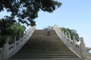 Julien pose sur le pont Gaoliang