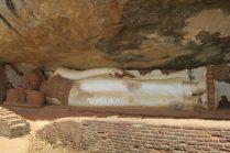 Sous le rocher, un Bouddha couché
