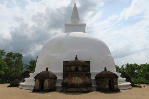 La stupa blanche de Kiri Vehera