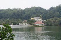 Vue du le Temple de la Dent de Bouddha - Lac artificiel de Kandy