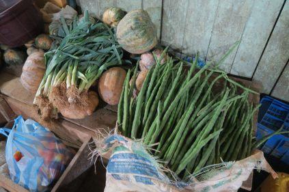 Etalage de légumes dont des murungas