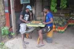 Jeux improvisés avec des pelures et des bouts de fruits (dans un stand de vente de fruit)