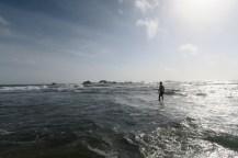 Julien, pieds nus sur les récifs, à la recherche des tortues