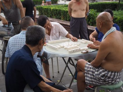 Joueurs de dominos (?)