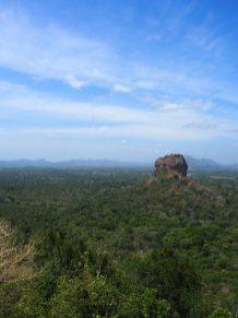 Le Lion's rock, forteresse au milieu d'un champ de verdure