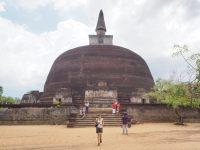 Elise devant la stupa grise du Rankot Vihara