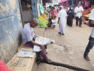 Lecture du journal - Marché de Kandy