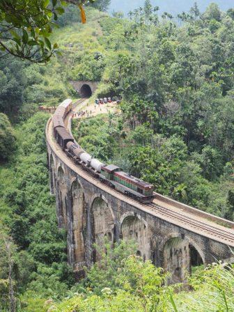 Après 30 minutes d'attente, le train passe sur la pont à neuf arches !