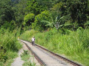 Rails de chemin de fer à coté de Ella