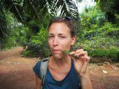 Elise croque une feuille de cannelier, dont l'écorce produit la cannelle