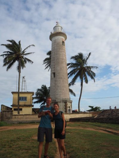 Elise et Julien en guides improvisés devant le phare de Galle