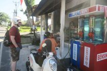 L'essence, vendue à la pompe ou dans des bouteilles de vodka