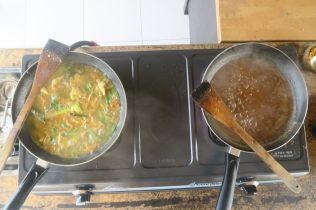 Ca frémit, ça sent bon :) A gauche : poulet sauté aux légumes et épices A droite : sauce satay
