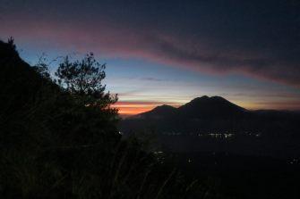 Premières lueurs de l'aurore durant l'ascension du Mont Batur