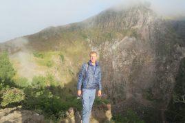 Julien pose devant le cratère