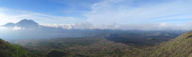 Vue de jour sur le Mont Agung et sur la coulée de lave à droite