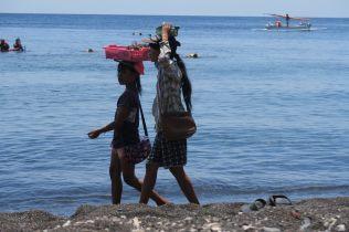 """De jeunes enfants sur la plage, demandant de l'argent """"pour leur école"""" ou vendant des souvenirs"""